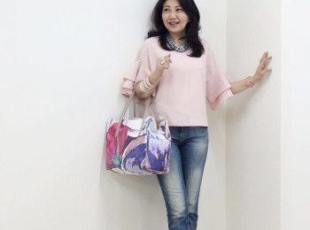 50代コーディネート☆ピンクの袖フリルブラウス×ダメージデニムにアクセサリーの甘辛ミックスコーデ